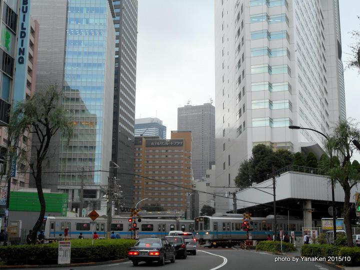 小田急ホテルセンチュリーサザンタワーと小田急線電車